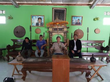 KWA mendapatkan kehormatan memakai blangkon asli yang pernah dipakai selama hidupnya oleh Syekh Jangkung dan duduk di tempat duduk beliau